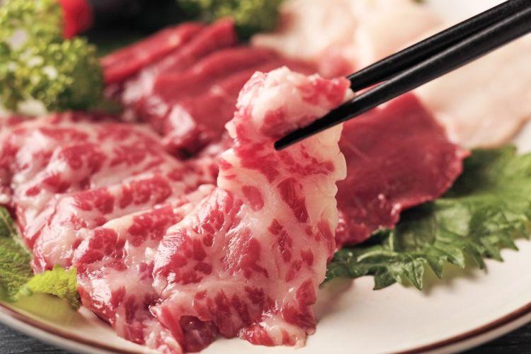 【獣医師監修】犬が馬肉(生)を食べても大丈夫?アレルギーや下痢は?メリット、生食の注意点!