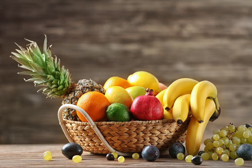 【獣医師監修】犬が果物を食べても大丈夫?おすすめの果物やあげてはダメ(危険)な果物!