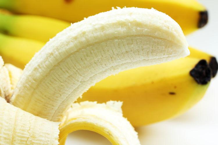 【獣医師監修】犬がバナナ(皮)を食べても大丈夫!?バナナのメリットや栄養素、適量は?