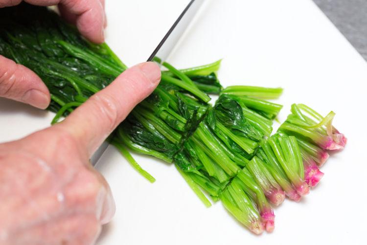 ゆでた後に食べやすい長さに切り、1回に与える量ごとにラップで包み、冷凍用保存袋に入れて冷凍しておくと、毎回使う分だけ解凍できます。