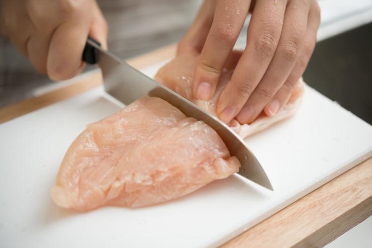犬に食べさせてはダメな生肉の種類④【鶏肉】